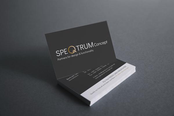 Die zweite Visitenkarte wirkt durch ihre schwarz/weiß-Farbkombination besonders hochwertig und das Logo wird in den Vordergrund gerückt.