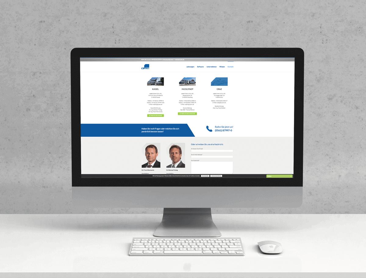 Die ausgeschnittenen blauen Felder passen sich perfekt dem Logo von Casim an und geben der Website eine einheitliche Wirkung.