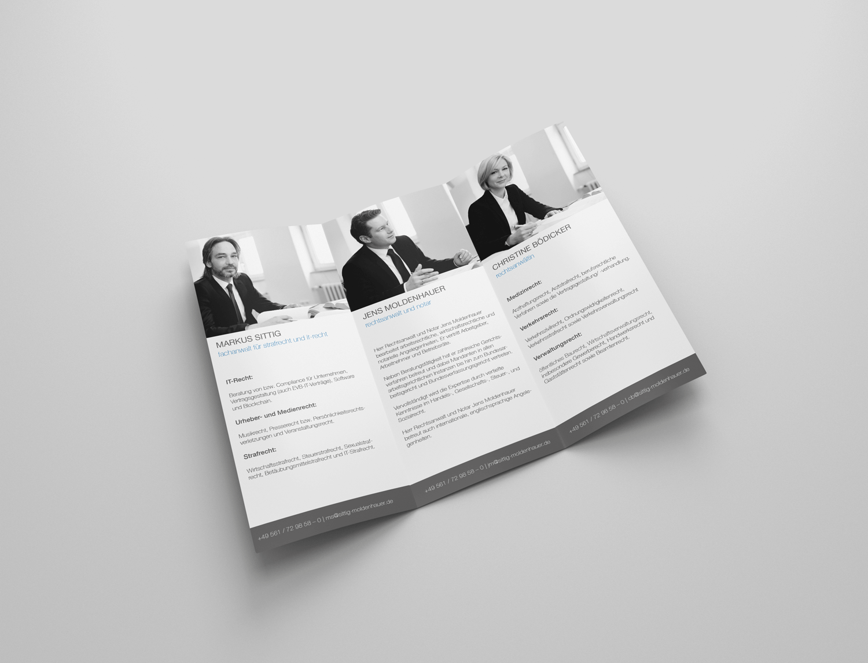 So tauchen auch im Flyer die gleichen Farbelemente, wie auch in der Website auf. Darüberhinaus wurden auch die Fotos der Anwälte übernommen.