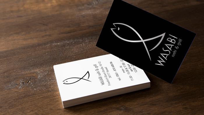 Die Visitenkarte wirkt durch ihr schlichtes Design und dem Logo in Heißfolienprägung besonders edel